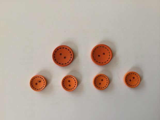 6 round wooden buttons