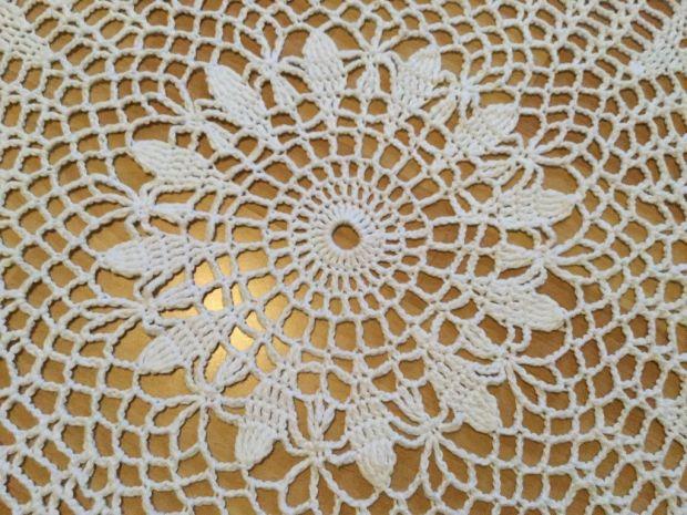 white lattice round